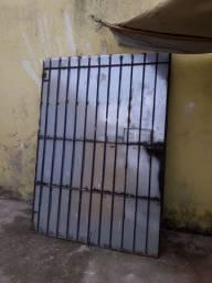 Venda de um portão que abre ao meio