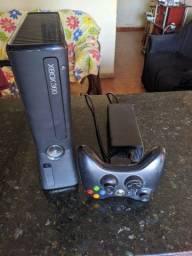 Xbox 360 com jogo FIFA de brinde