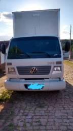 Um caminhão voksvag 8120