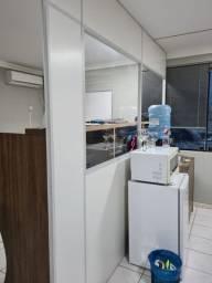 Divisorias branca para sala com vidro e porta