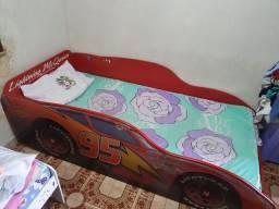 Cama de carrinho conservada, inclui colchão.
