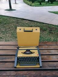 Olivetti linda na cor amarelo mostarda Maquina de escrever antiga - antiguidade