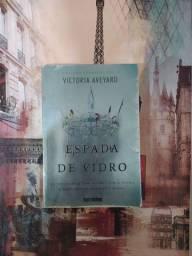 "Livro "" A espada de vidro"" - de Victoria Aveyard"