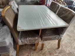 Mesa Laqueada com 4 cadeiras totalmente alcochoadas (nova)