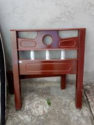 Cama de madeira semi nova