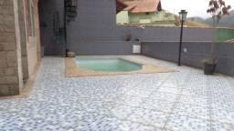 Casa ensolarada, piscina, a poucos minutos do supermercado Bramil Itamarati