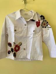 Jaqueta Branca costurada com Flores