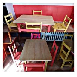 Mesa/cadeiras de madeira coloridas