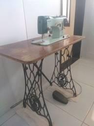 Vendo mesa com pés de ferro para máquina de costura