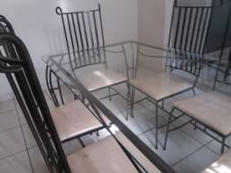 Mesa de ferro com tampão de vidro