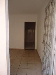 Alugo casa 2 andares em Bento Ribeiro. Sala, 2 quartos, banheiro, área. R$ 900,00