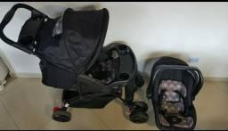 Carrinho com bebê conforto e capa protetora - menina