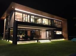 Casa de Luxo Moderna e Sofisticada em Condomínio de Aldeia