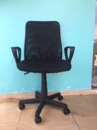 Cadeira de escritório usada.