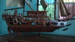 Barco de madeira maciça