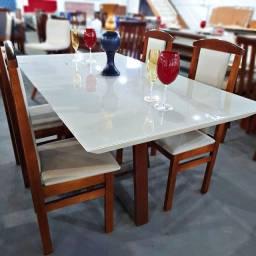 Mesa vidro sobreposto c/ 4 cadeiras em madeira maciça (Eucalipto tratado)