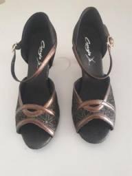 2d4caac2d8 Sandália Capézio Estampada Preta e Bronze para dança de salão