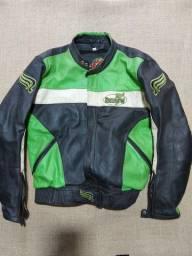 Jaqueta, calça e luva em couro para andar de moto.