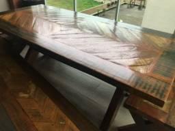 Mesa com bancos em madeira de demolição