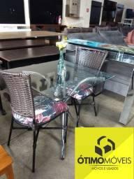 Mesa com tampo de vidro 2 cadeiras de vime sintético de 650,00 por 550,00