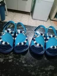 Vende-se duas sandálias do Mickey masculina numeração 2324