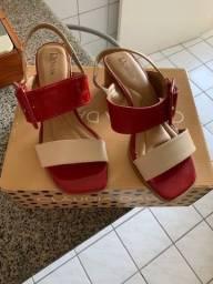 Sandália de couro em vermelho e bege
