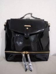 Linda bolsa e mochila de verniz