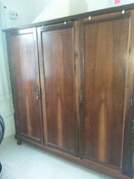 Vendo guarda roupas em madeira. Medidas 1,75x0,60cm, altura 1,80cm.