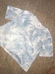 blusa azul e branca