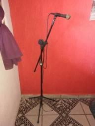 Microfone com tripé ajustável funcionando perfeitamente