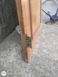 Vende-se porta de madeira