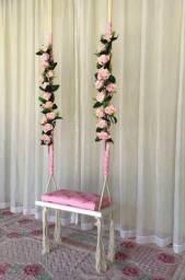 Balanço de  madeira com flores