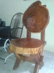 Vende-se uma cadeira e um banquinho