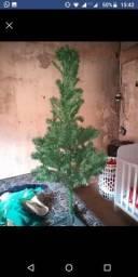 Vendo árvore de natal com as bolinhas e pisca pisca
