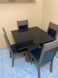 Mesa de vidro com 04 cadeiras. Semi novo