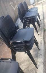 Cadeira na cor preta nova em iso polipropileno para casa ou igreja