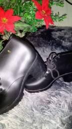 Vendo essas lindas sandálias no precinho ...