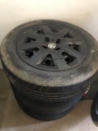 Jogo de rodas com pneus.