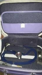 Maleta com estetoscópio e termômetro de mercúrio s
