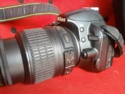 Vendo NIKON D3100 com lente , carregador , corpo e case.