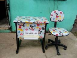 Cadeiras e mesa a venda.