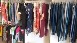 Vende-se lote de roupas femininas com 136 peças novas