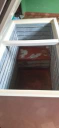 Vendo  freezer Electrolux  H400 duas tampas.