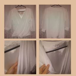Camisas femininas de tecido plano. R$ 20 as duas.