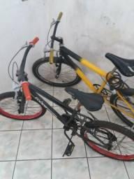 Duas bicicletas em bom estado