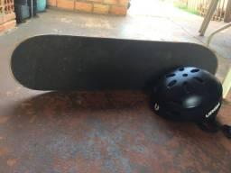 Skate com capacete da Urgh