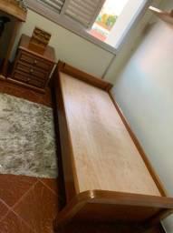Cama e criado de madeira