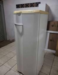 Vendo geladeira usada , porém conservada.