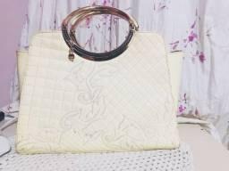 Bolsa de couro branca detalhada
