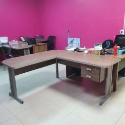 Mesa de Escritório L com base de ferro e 2 gavetas